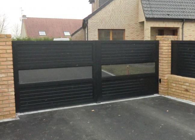Portail noir en aluminium laloubere avec tole perforée
