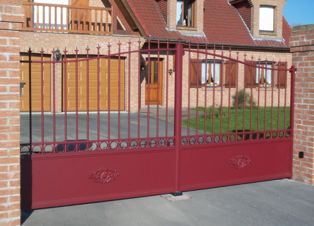 Portail rouge Beaugency europortail aluminium
