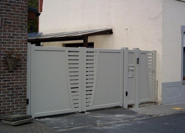 portail en aluminium cagnes avec un portillon et totem boîte aux lettres