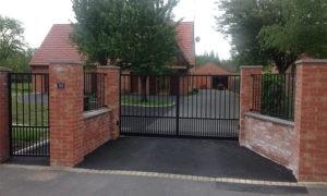 Portail marron avec clôture et portillon