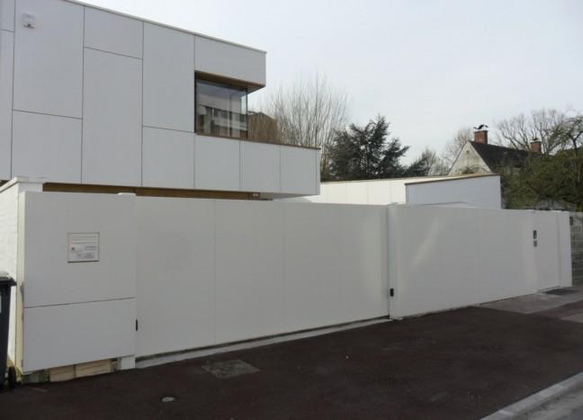 Portail blanc horizon coulissant avec clôture blanche
