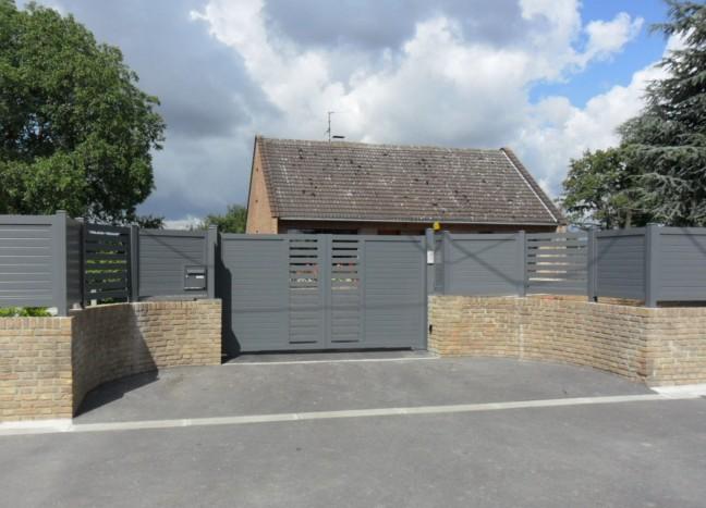 Portail gris à porte battante et clôture Europortail