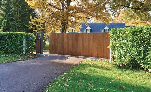 Un style naturel avec le portail aluminium et bois Downhill